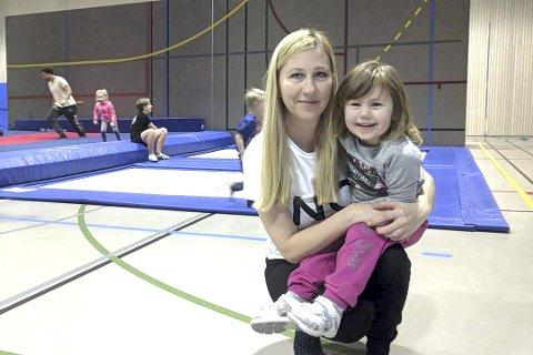 YNGST: Viktoria Zarecka-Hafsås (3) er tidenes yngste gymnast i Tranby Turn. Hun koste seg med sin mor Zanna Zarecka i Hegghallen Lørdag formiddag.