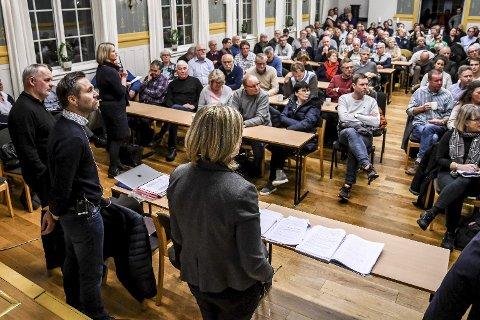 NÅDDE IKKE FRAM: Fredrik Eide Aass (til venstre) i Stena Recycling forsøkte å berolige forsamlingen, men nådde ikke fram. Planene for Stena-anlegget på Lyngås ble møtt med massiv motstand på folkemøtet torsdag.FOTO: PÅL A. NÆSS