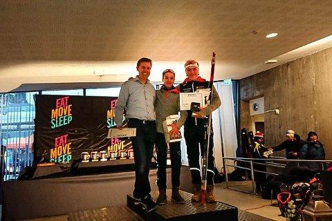 Til topps i Holmenkollen: Mathias Sørnes (i midten) fikk det ikke helt til å klaffe på standplass, men i sporet var det ikke noen som gikk fortere enn 15-åringen fra Høvik. Under premieutdelingen fikk han hilse på OL-vinner i skiskyting, Halvard Hanevold. Til høyre står Bendik Vereide fra Stårheim IL, som Sørnes delte seieren med.