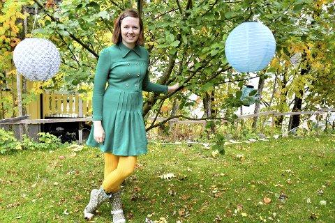 FARGER: Sanne Mathiassen bruker sterke farger – både i forfatterskap og klesdesign. Kanskje stammer fargegleden fra den nordnorske mørketida?