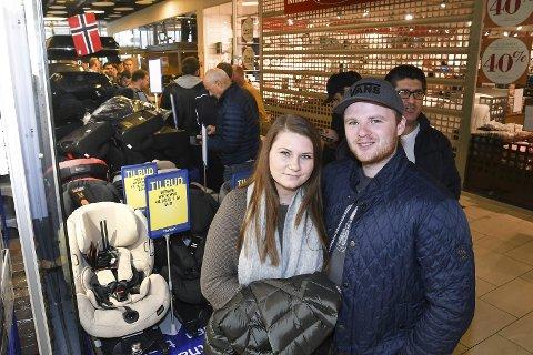 TIDLIG UTE: Mia Jeanice Bakke og Markus A. var først i køen da Thansen reåpning butikken på Liertoppen Kjøpesenter med nær dobbelt så stort butikkareal.