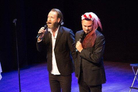 SHOWMEN: Adam Schjølberg (t.v.) og Tore Petterson hadde publikum i sin hule hånd. Her i et operanummer hvor Tore er brud.