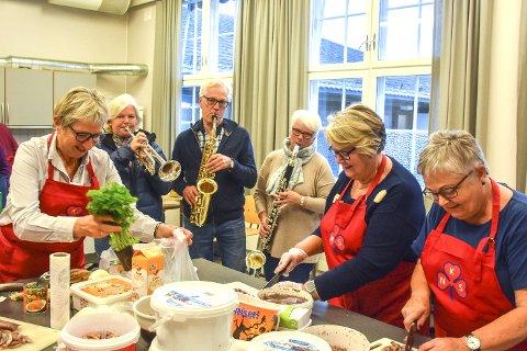Musikk til arbeidet: Lier Janitsjar pleier ikke å spille mens sanitetskvinnene jobber, men tok for anledningen en liten serenade.