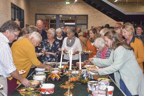 Flokket til: Gjestene samlet seg rundt sildebordet som i år hadde over 40 silderetter å forsyne seg av.