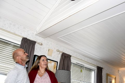 Sprekk etter sprengning: Svein Rasta og Elisabeth Thorsby mener at sprengningen på Franzefoss sist uke har ført til sprekk i taket.