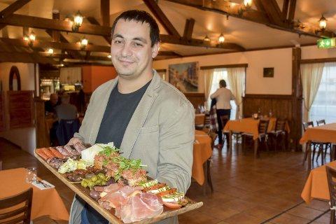 Italia på en planke: La Trattorias daglige leder Martins Treimanis byr på smaker rett fra Italia.