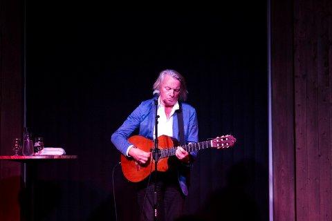 STEMNING: Jan Eggum spilte både gamle og nye sanger på Svensefjøset fredag kveld.