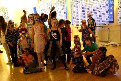 DE DØDES DANS: Her har zombier stått opp fra graven og er klare til å fremføre en dødsdans under kulturskolens spøkelsesaften, før de forsvinner tilbake dit de kom fra.
