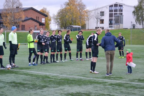 Lørdag kunne Stoppens fotballherrer ta imot det synlige beviset på at laget denne sesongen rykker opp til fjerdedivisjon. Her er det kaptein Anders Øvremo, som tar imot pokalen.