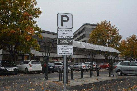 FORVIRRENDE?: En leser mener det er for mange forvirrende parkeringsskilt i Lierbyen.