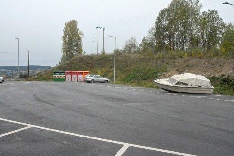 Finn en feil: Noen har bestemt seg for å gjøre båtopplag ut av pendlerparkeringen på Lyngås.