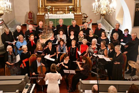 VITAL 20-ÅRING: Vice Versa med gjestemusikanter fremførte sanger fra et 20 års langt koreventyr, til stor begeistring fra en nesten fullsatt Frogner kirke.
