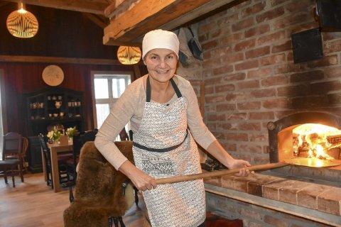 Klar for pizza: Mette Aune gleder seg til å kunne tilby pizza, rett fra steinovnen. – Jeg håper dette er et tilbud folk vil like, sier hun.