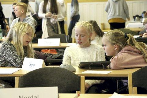 Konsentrasjon: Jentene fra Egge skole brukte tiden godt til å diskutere seg fram til hvordan de skulle stemme. Foto: Privat