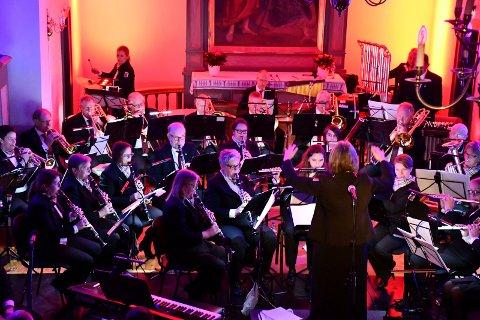 HENNUMMUSIKKEN: - Vi er bygdas korps, fremholder dirigent Ingvild Hafskjold. Og publikum svarer med å fylle Tranby kirke til trengsel under Hennummusikkens tradisjonsrike julekonserter.