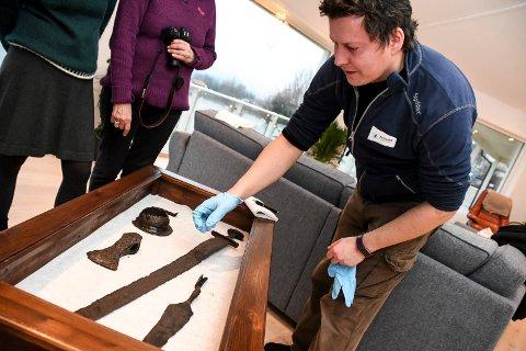 Lars Hovland er arkeolog i Buskerud fylkeskommune og sier at dersom man finner historiske gjenstander, må man melde fra.