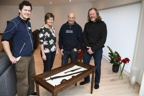 Her lå det i 28 år: Arkeolog Lars Hovland i Buskerud fylkeskommune er glad for at Thoril og Svein Fuglerud (i midten) meldte fra om funnet. Det er også Erik Hennum.FOTO: PÅL A. NÆSS