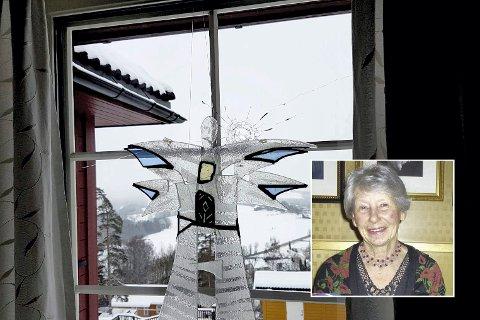 Kulehull: Ragnhild Oulie (innfelt) ble forskrekket da hun oppdaget et kulehull i stuevinduet sitt.