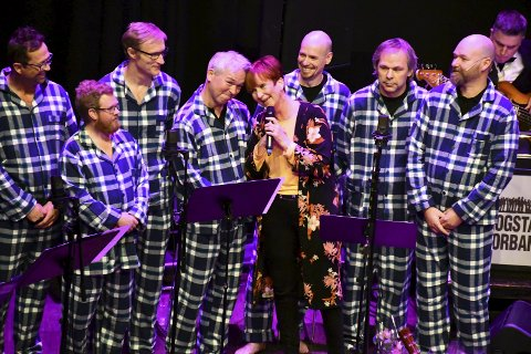 TØFF I PYJAMAS: Lise-Mette Lindland synger Unforgettable med Reistadlia mannskor under adventskonserten på Lier kulturscene tirsdag. Uforglemmelig! FOTO:  Stein StyVE