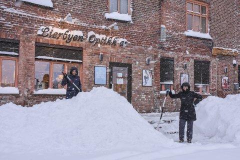 Klar bane: Optiker Hanne Brattbakk (t.h.) og Bente Dahl Larsen sørger for at kundene kan komme inn i butikken.