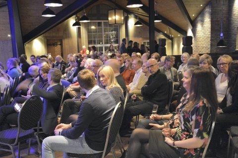 FULLT HUS: Et spent og forventningsfullt publikum kjente sin besøkelsestid da Svensefjøset inviterte til forestilling med Ingar Helge Gimles rørende monolog.