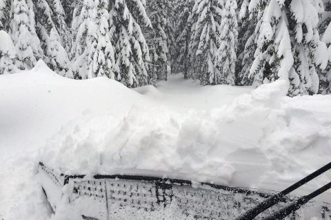 Utfordrende å finne løypa: Denne vinteren har det av og til vært en utfordring å finne riktig trasé for løypekjørerne. Det kan ende med at løypemaskinen setter seg fast. – Vi må være våkne – det er fort gjort slik forholdene er nå, forteller Nils Haugen. Her er Haugen på vei mot Heggsjø i Kjekstadmarka.