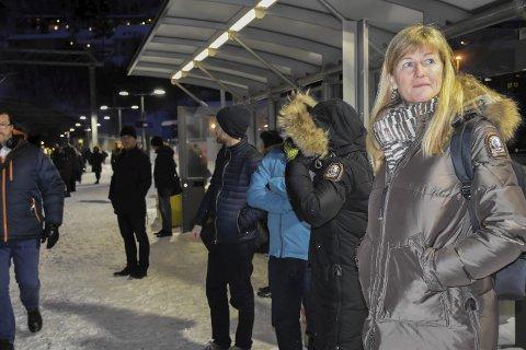 Venter på toget: Vigdis Veum Møllersen (t.h.) etterlyser bedre tilrettelagte avganger for pendlerne slik at de ikke risikerer å måtte stå og se lokaltog suse forbi.