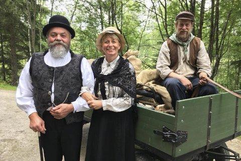 På settet: Hedda Kortnes som mentors kone, sammen med mentor og kusken som fraktet dem inn på gården. Foto: Privat