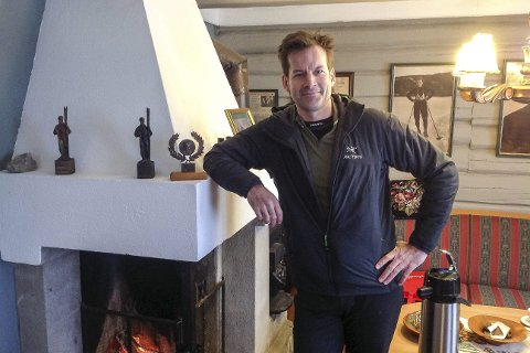 LANG VISITT: I to en halv time var Jon Almaas på Haugstua der han fikk med seg mange detaljer om Thorleif Haugs liv.