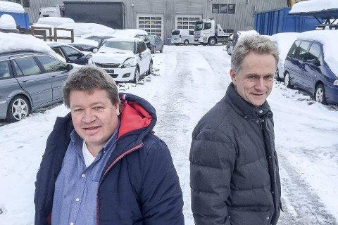 Tar ansvar: Ole Einar Kristiansen (til venstre) og Ronny Sjølset i Lier Bilgjenvinning svarer opp argumentasjonen om Liers ansvar for å håndtere eget avfall. Årlig tar selskapet i imot 3200 biler for gjenvinning. Det omfatter omtrent det antall biler som skrotes i kommunen hvert år.FOTO: PÅL A. NÆSS
