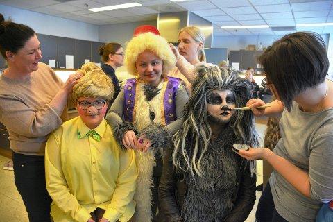 VI ER KLARE: Rebecca Tansøy (16)(til venstre), Vårild Torsrud (14) og Ester Røise (14) sminkes for søndagens prøver på Syllingteaterets familieforestilling De tre små griser, som har premiere lørdag.