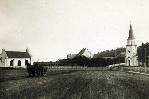 KNEISENDE: Midt mellom Holsfjorden og Hørthekollen. Sylling kirke fra 1922. Fra Lier Historielags bildesamling