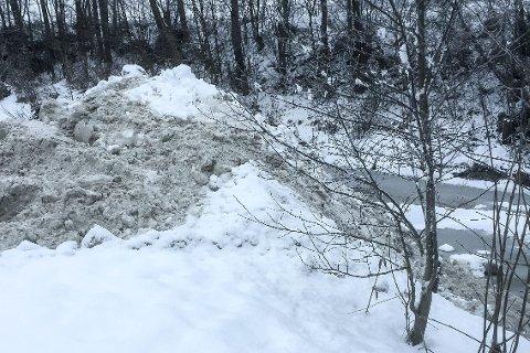 Ved Bilbo: Bildet viser hvordan snøen blir dumpet i Lierelva ut fra Bilbo ved Lierbyen. Foto: Privat