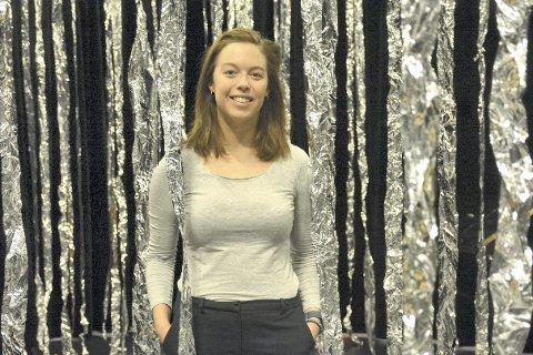 SKUESPILLEREN: Sunniva Du Mond Nordal (25) fra Tranby med scenografien til teaterhøyskolens avgangsforestilling. Nå er Sunniva klar for musikalarbeid på Nationaltheatret.