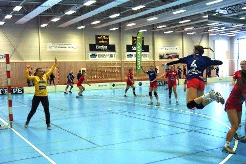 Thea Andresen med innhopp fra venstre ving mot Tromsø. Reistad ledet 16-9 til pause, og kampen endte 29-21 til vertslaget.