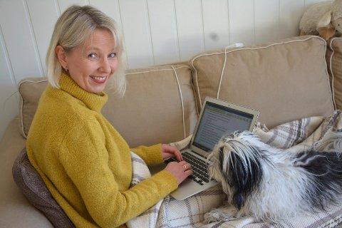 I SKRIVEMODUS: Dette er Marit Reiersgårds vanlige arbeidsstilling – med pledd og PC. Hunden Uno, også kalt Skrivesperre, er aldri langt unna.