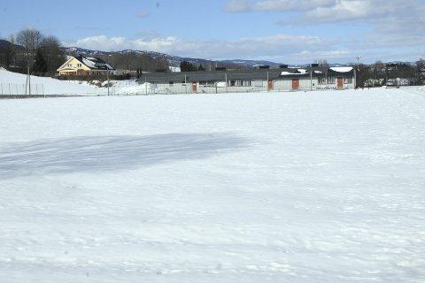Drømmer om en ny hall: Stoppen SK har planer om en ny idrettshall ved Lier stadion. Den kan ende opp med å ligge her, mellom Reistad Arena og Stoppens klubhus.