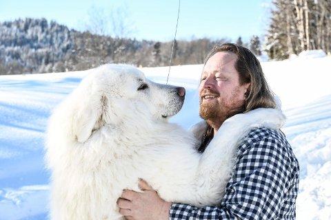 HUND OG HAN: Det er liten tvil om at hunden DInkar er glad i matfar Morgan Langfeldt.