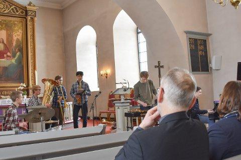Fanget av jazzen: Både fungerende biskop Kjetil Haga og prost Ellen Martha Blaasvær (begge med ryggen til) lot seg fange av jazzframførelsen til bandet Minors.