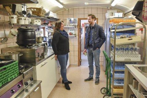 Kjøkkenet venter: Bare ikke på Debbie Hefele (t.v.) og Arne Sørumengen. – Vi har nok med Toget, men vil gjerne ha noen som kan servere mat i togvognene, sier Hefele.