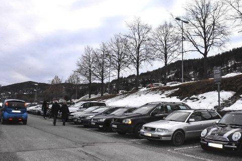 Her er plassene: Det er plassene til høyre på bildet som kan benyttes av samkjørere som er med på prosjektet «Kjør sammen til toget» mellom 16. april og 22. juni. Foto: Cecilie Johannessen