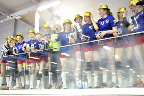 Jentene i røyken: Det var stil over premieutdelingen i turneringen i Reistad Arena. Reistad-jentene fikk litt seiersrøyk med på kjøpet da de hentet pokalen.