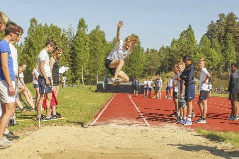 I svevet: Lengdehopp var en av fire øvelser under 4-kampen under Buskerudfinalen på Tinestafetten på Geithus.