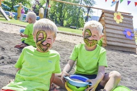 Ikke så veldig skumle slanger ...: F.v. Caspian Åsly Kristiansen (6) og Ludvik Holst (5) kunne godt tenke seg at det var bursdagsfeiring i barnehagen litt oftere.