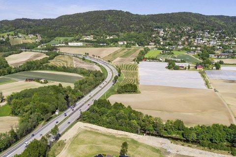 VIKER-KRYSSET: Bildet viser der krysset mellom riksvei 23 og E18 vil bli lagt hvis Viker-alternativet blir bygd. Veien vil da komme ut i tunnel under bebyggelsen øverst i bildet.  foto: Nils Maudal
