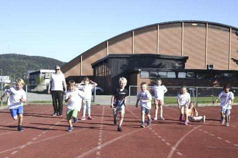 Full fart: Barna prøve seg på friidrett. Kanskje blir noen av disse den neste Karsten Warholm?