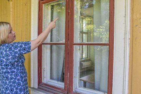 Bryter seg inn: Det er vinduene bak på Perrongen som er tyvenes inngangspunkt. Koordinator ved Lierbyen seniorsenter, Lillian Nagel, synes det er ubehagelig med innbruddene.