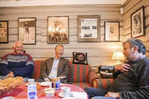 Trivelig treff: Gerhard Heiberg koste seg noen formiddagstimer på Haugstua sammen med Knut Olaf Kals (til høyre) og Hans Marius Morin.FOTO: PÅL A. NÆSS