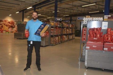 Krympet? Det kan nesten se ut som avdelingsleder Stian Hallberg har krympet når han holder de store ekstra store produktene, i utgangspunktet ment for storkjøkken - nå tilgjengelig for privatkunder.