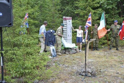 Ordføreren og militærattacheen beskuer minnesmerket.